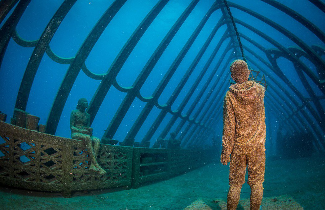 「珊瑚溫室」是採用友善海洋的人造珊瑚礁材質製作的一系列人物塑像,可讓海洋生物安心...
