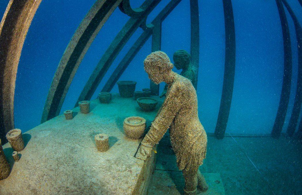 這些塑像主題,都跟海洋保育有關:包括用顯微鏡研究珊瑚礁的海洋科學家、清理海床的海...