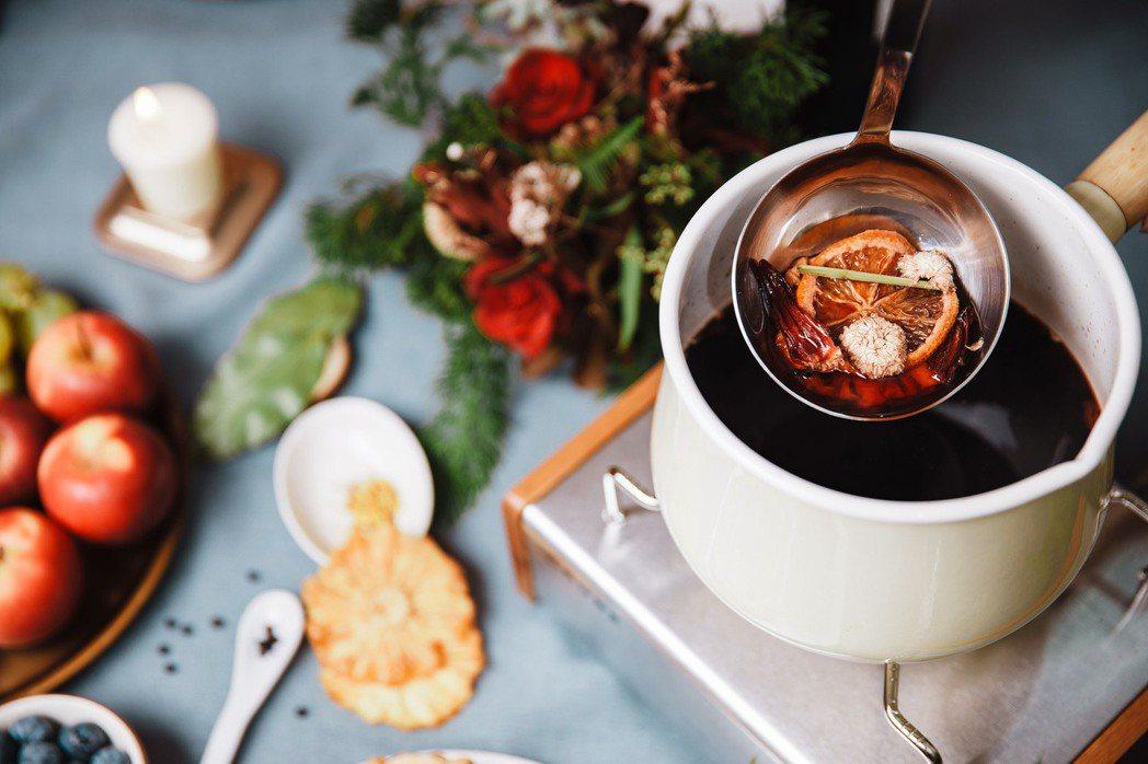 小草作熱紅酒香料包,讓大家能方便製作鍋煮熱紅酒。業者/提供
