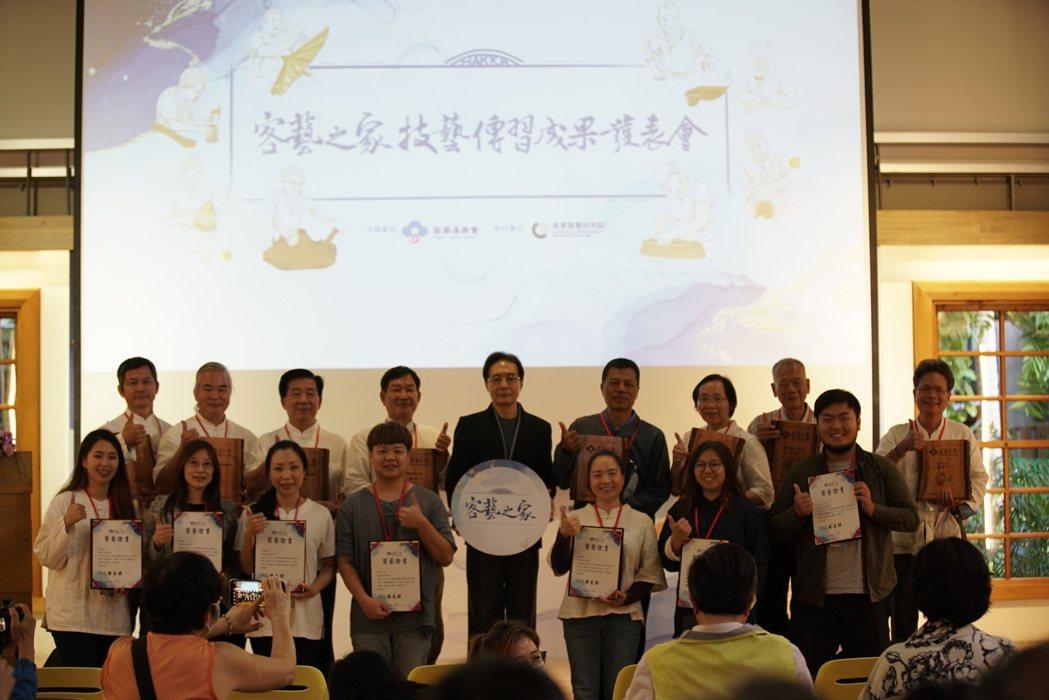 八家技藝業者授證大合照。
