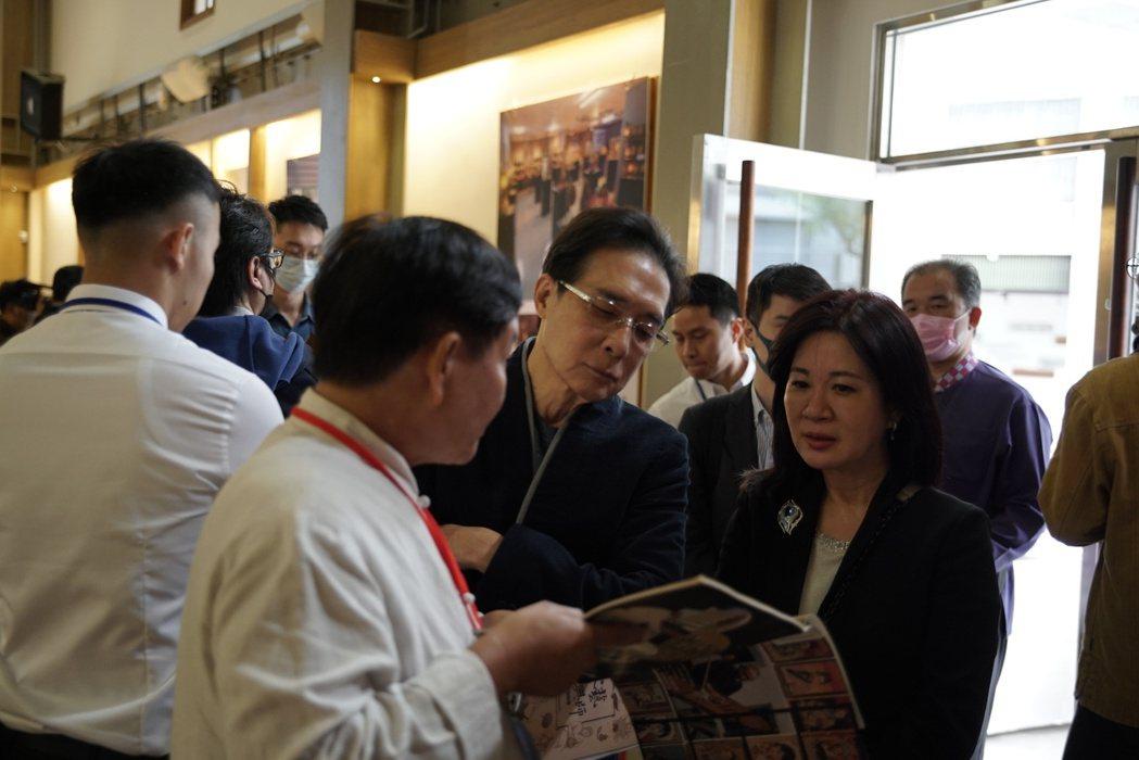 客委會副主委鍾孔炤和商研院副院長張皇珍聽取業者說明油紙傘工藝。