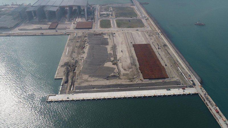 世紀風電為大彰化東南及西南第一階段離岸風場的供應商,生產水下基樁,圖為存放在台北港的水下基樁。(沃旭能源提供)