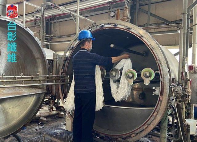 台彰纖維高溫噴射染色機,使用回收蒸氣冷凝水。 工業局/提供