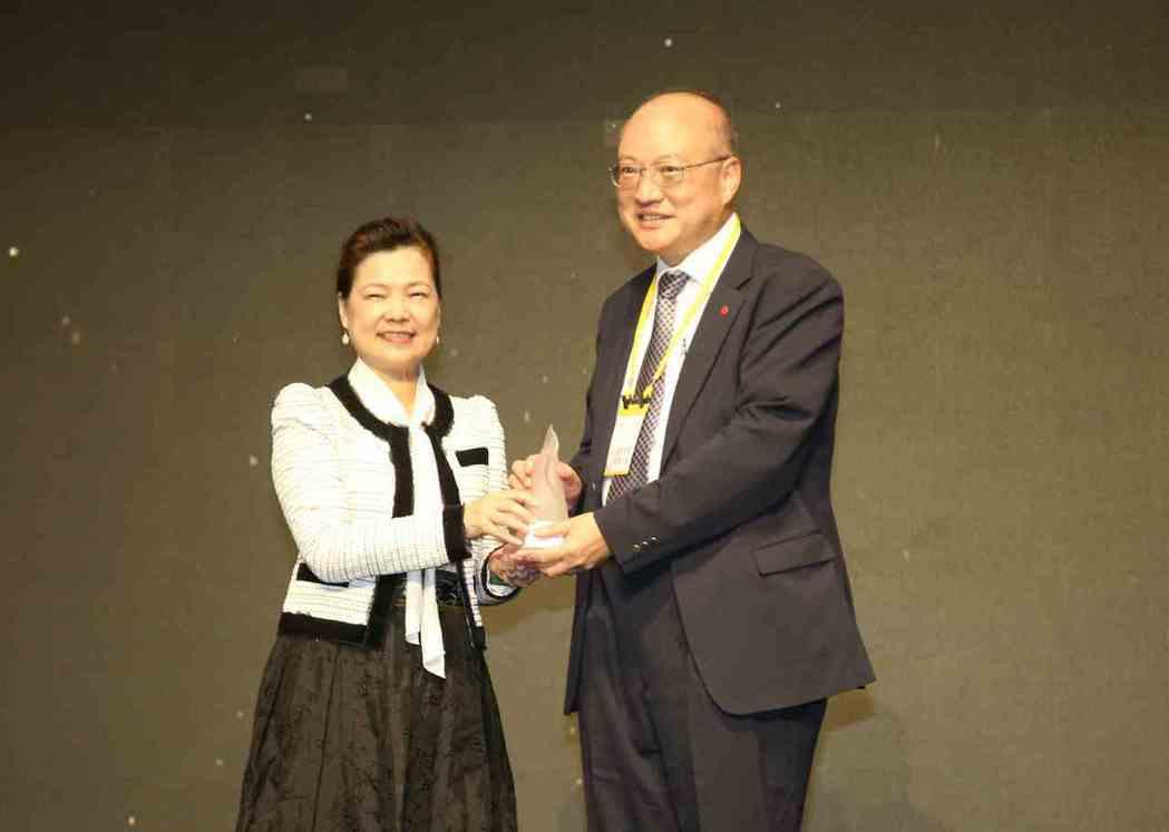 經濟部長王美花(左)頒發「台灣精品銀質獎」給凌羣電腦總經理劉瑞隆(右)。 毛洪霖...