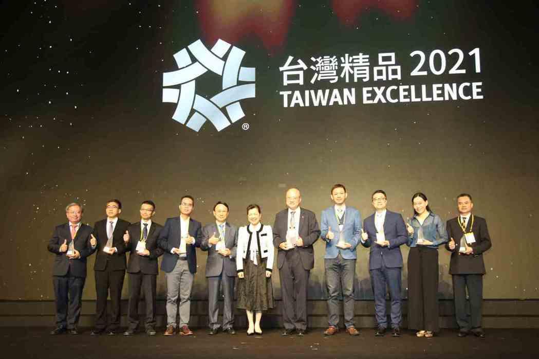 經濟部長王美花(中)與2020「台灣精品銀質獎」得獎廠商合影。 毛洪霖/攝影