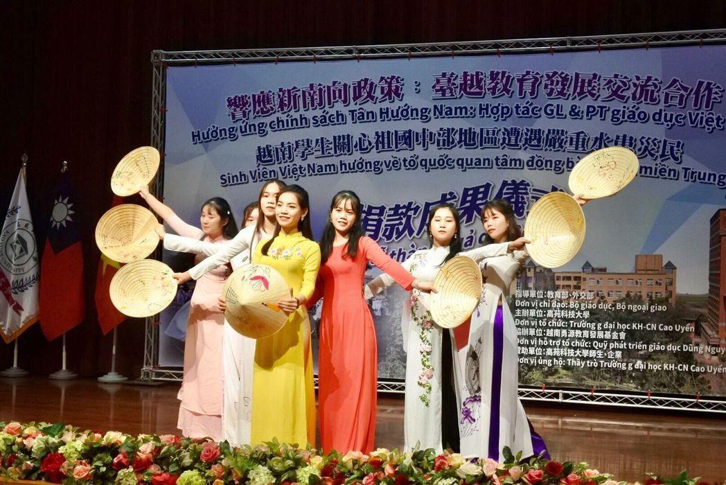高苑科大越南學生開場舞蹈表演。 楊鎮州/攝影