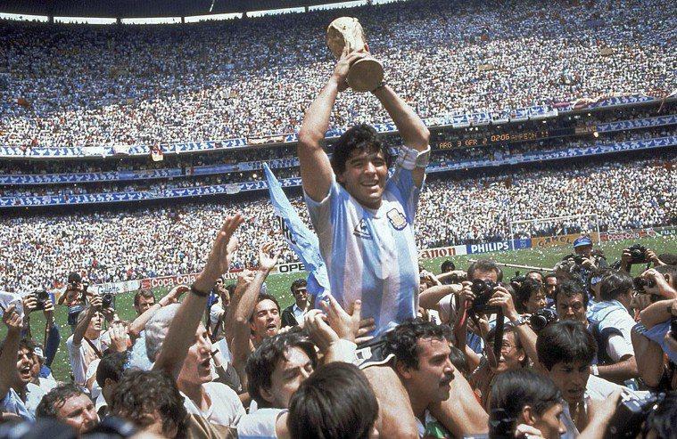外號「上帝之手」的阿根廷足球傳奇馬拉度納因心臟病發過世,享壽60歲,20世紀足壇...