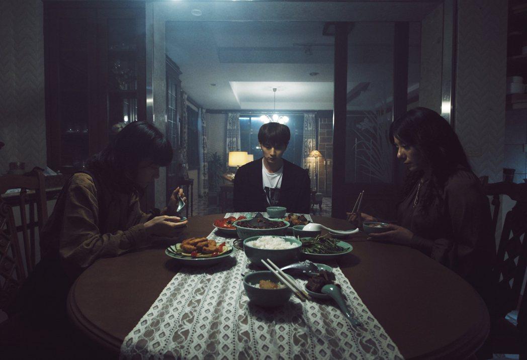 公視新創電影「訪客」以驚悚科幻性質,重新挑戰對「家庭」的定義;片中晚餐情節氣氛詭