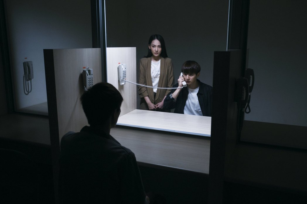 演員張軒睿(右)公視新創電影「訪客」,飾演與爸爸交惡多年的兒子,因一場意外搬回家...