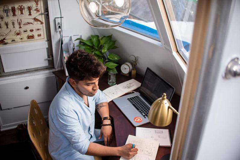根據統計,在家上班的工時其實比在辦公室更長。(Photo by manny PANTOJA on Unsplash)