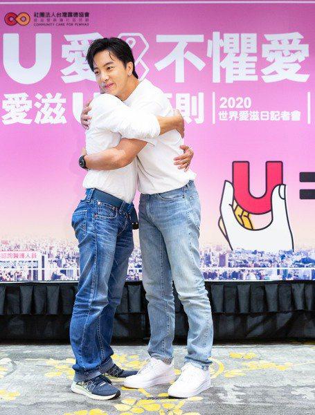 記者會上,U愛大使坤達給同樣身為帕斯提的台灣露德協會公共事務主任藍元亨一個大擁抱。(台灣露德協會提供)