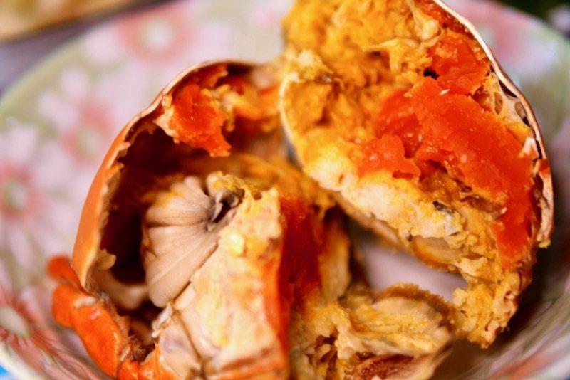 蒸熟的大沙公,試著只將外殼刷洗乾淨直接蒸,吃的時候很麻煩的是挑蟹肉,左邊那費一般都不吃的,需拿掉它,還是先處理掉再蒸,挑蟹肉吃的時候比較痛快。