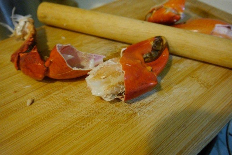 蟹螯裡的豐盈飽滿蟹肉,大沙公的這個部位的蟹肉,肉質鮮甜。吃之前可用桿麵棍或者湯匙的背面,殼上敲打幾下打出裂痕,蟹腳殼很容易剝開了。
