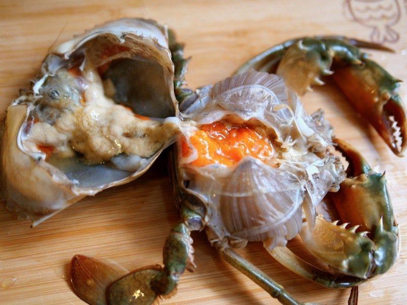沙蟳螃蟹一分為二,內部結構原來就是這樣子。在蟹體兩側的蟹腮,條狀排列,形狀如眉毛,俗稱蟹眉毛,是蟹的呼吸器官,上面有病菌和髒物不可食用。