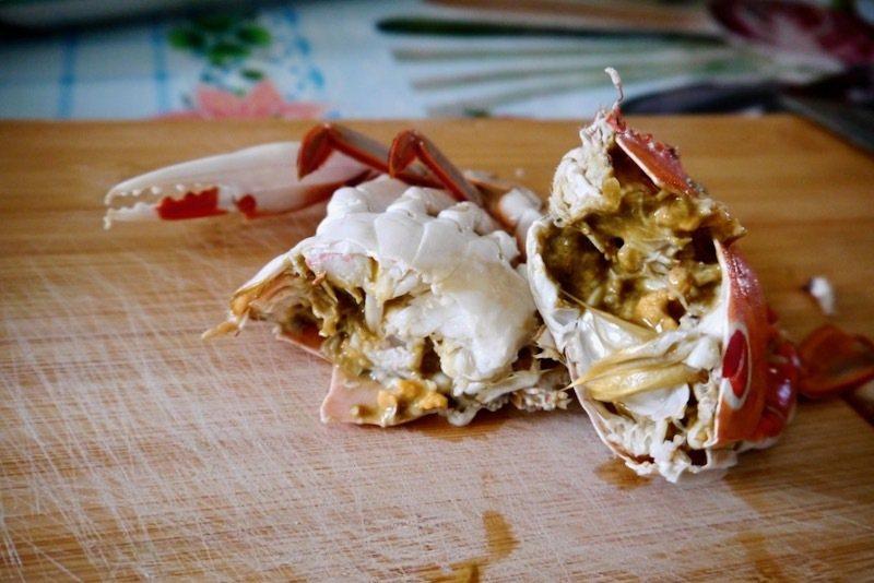 肉質飽滿的蒸三點蟹,蟹膏爆漿似的流出,非常鮮甜。