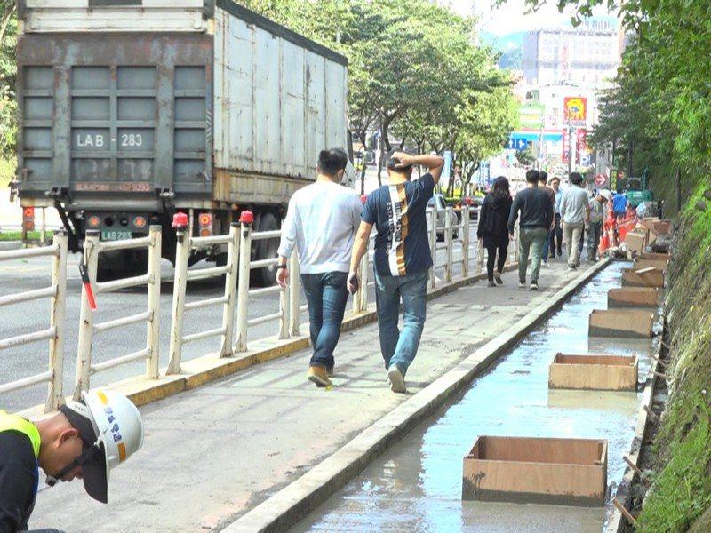 汐止新台五路靠近東科的人行道,因為年久失修破損嚴重,市議員廖先翔也到現場關心,全新的人行道也預計在年底完工。 圖/觀天下有線電視提供