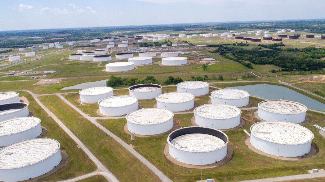 國際原油價格漲至八個月高點。(路透)