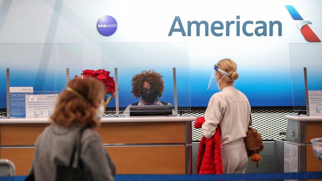 美國芝加哥O'Hare國際機場,25日一位美國航空員工正為旅客辦理報到手續。  ...