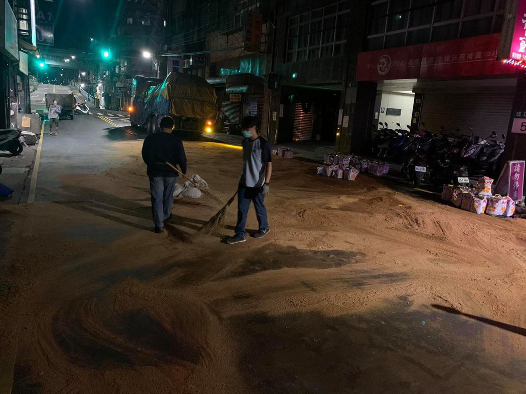 繫繩斷裂200桶沙拉油遍布百公尺,騎士險滑4小時才清完。圖/環保局提供