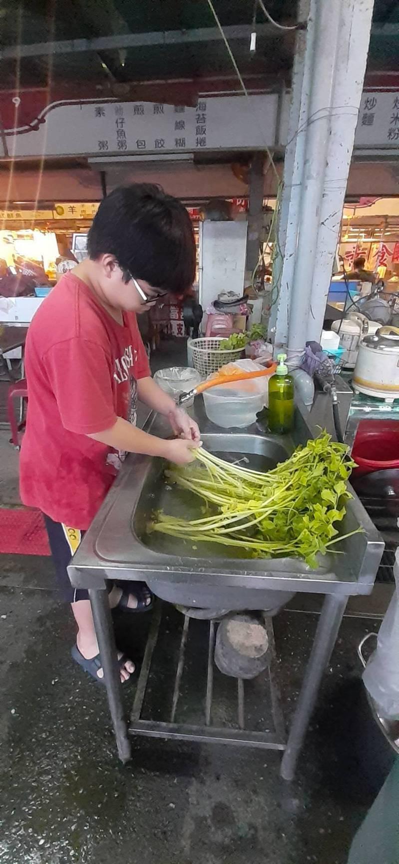 國中一年級的徐旻詰幫忙媽媽麵攤備菜,減輕媽媽負擔。圖/屏東家扶中心提供
