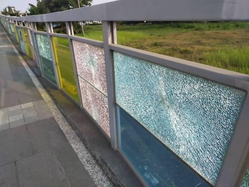 安平水景橋玻璃龜裂,台南市政府預計明年1月修復。圖/台南市工務局提供