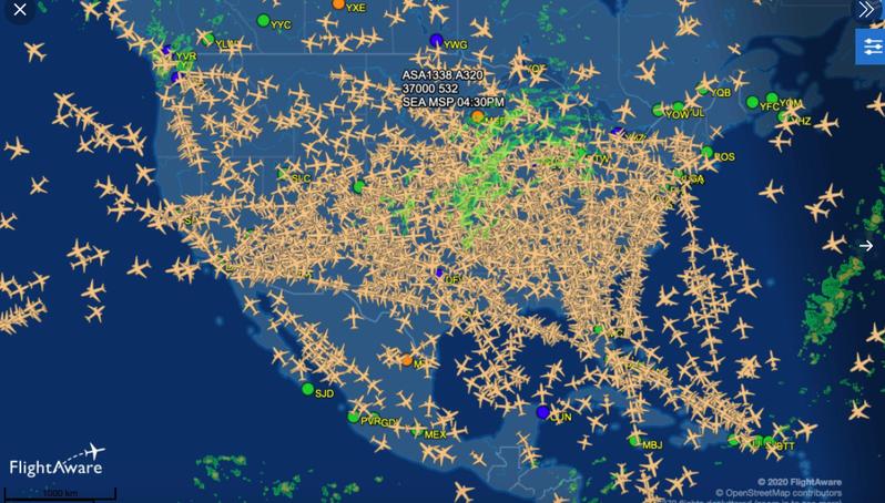 專家分享全美空中密密麻麻的航班照,大批人無視疫情仍在感恩節出遊。截自推特