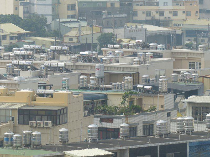 因水情嚴峻,台灣自來水公司第11區管理處宣布,彰化市及部分和美地區除維持兩時段減壓供水外,呼籲用戶儲水備用,並節約用水。記者劉明岩/攝影