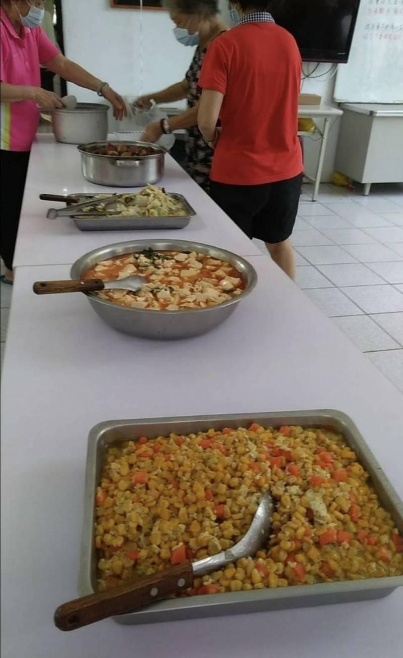 台中市議員李麗華指關懷據點供餐菜色,因每餐每人只有30元經費,讓菜色很寒酸,影響老人營養。圖/李麗華議員提供