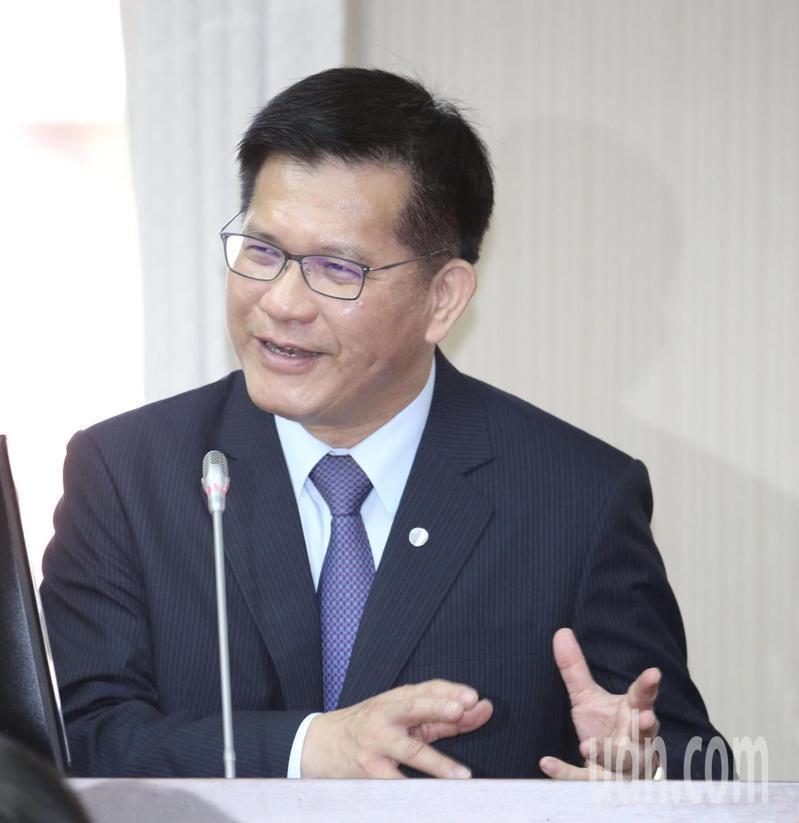 交通部長林佳龍上午出席在立法院交通委員會專案報告前受訪時表示,中華航空的飛機機身「CHINA AIRLINES」,會將CHINA字體縮小。記者黃義書/攝影