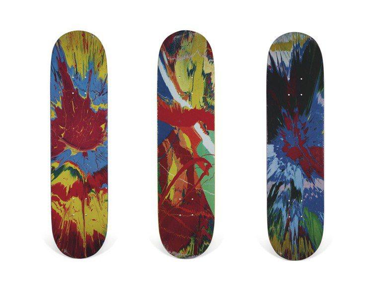 完整套裝DAMIEN HIRST聯名滑板其中三件,估價10,000美元起。圖/佳...
