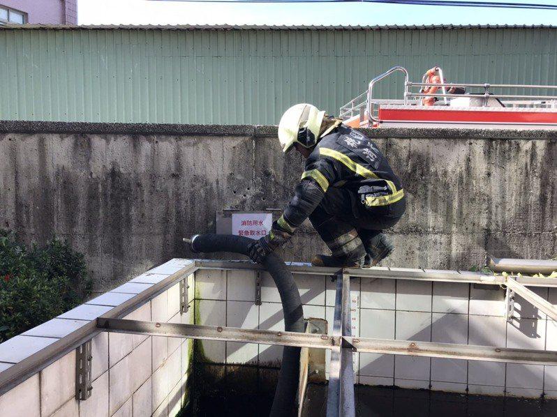 消防取用汙水處理廠放流水,作為水情嚴峻時替代水源。圖/消防提供