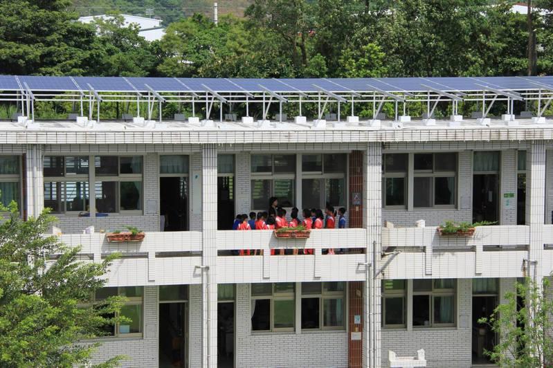 台東縣府7年前在新生國中等地設置太陽能發電板,近年可望逐漸產生收益。圖/縣府提供