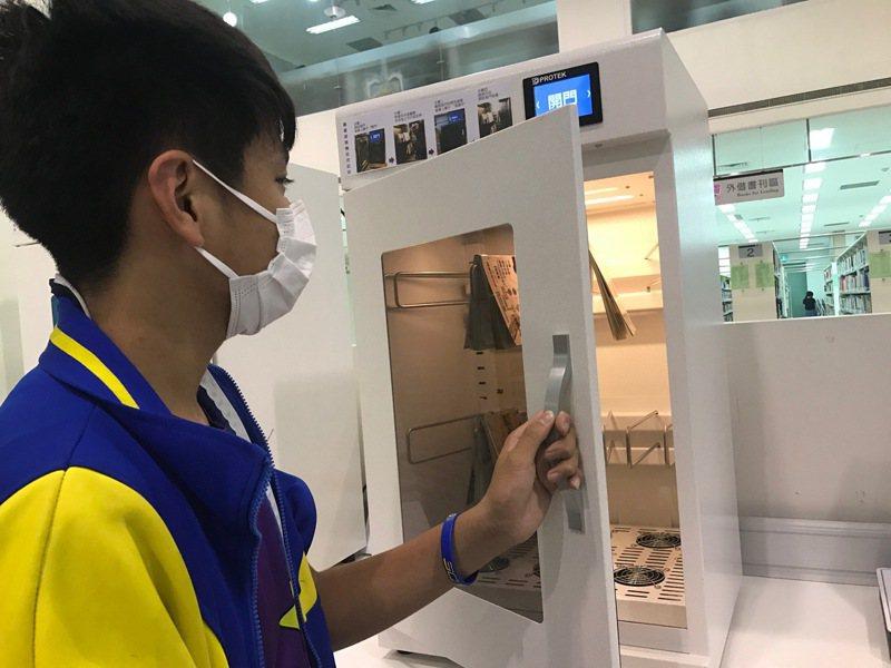 學生體驗高市圖左新分館的圖書滅菌機。圖/高市圖提供