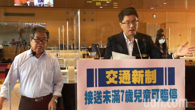 台中市員議員林德宇要求警察局針對12月1日起黃線臨停接送7歲以下幼兒,執法單位應「從寬認定」記者陳秋雲/攝影