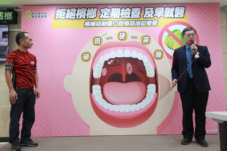 馬偕醫院耳鼻喉科主任呂宜興(右)提醒,早期發現口腔病灶是提升存活率與降低治療難度...