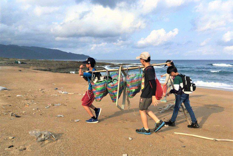 墾管處12月5日將於「風吹砂」海岸辦工作假期,安排1個半小時、結合垃圾分類表格的海岸淨灘,帶領民眾一起玩海廢。圖/墾管處提供