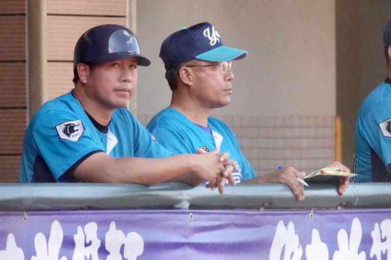 黑豹旗青棒賽,玉里高中總教練余進德(左)。記者蘇志畬/攝影