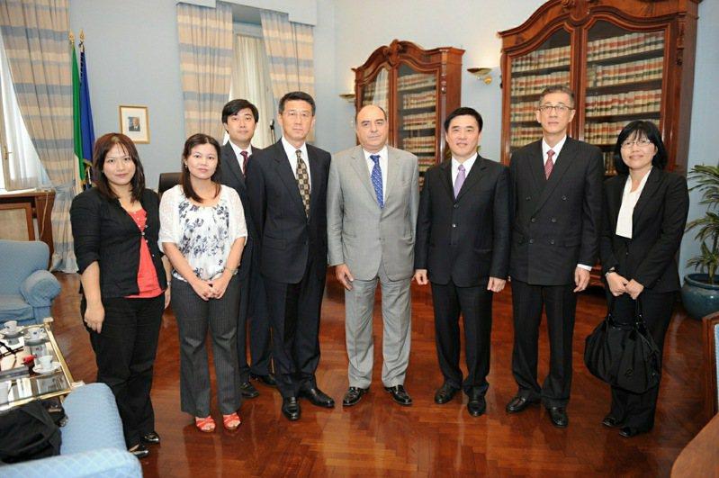 台北市前市長郝龍斌2011年出訪拜會羅馬市長,當時議員高嘉瑜缺席。圖/游淑慧提供