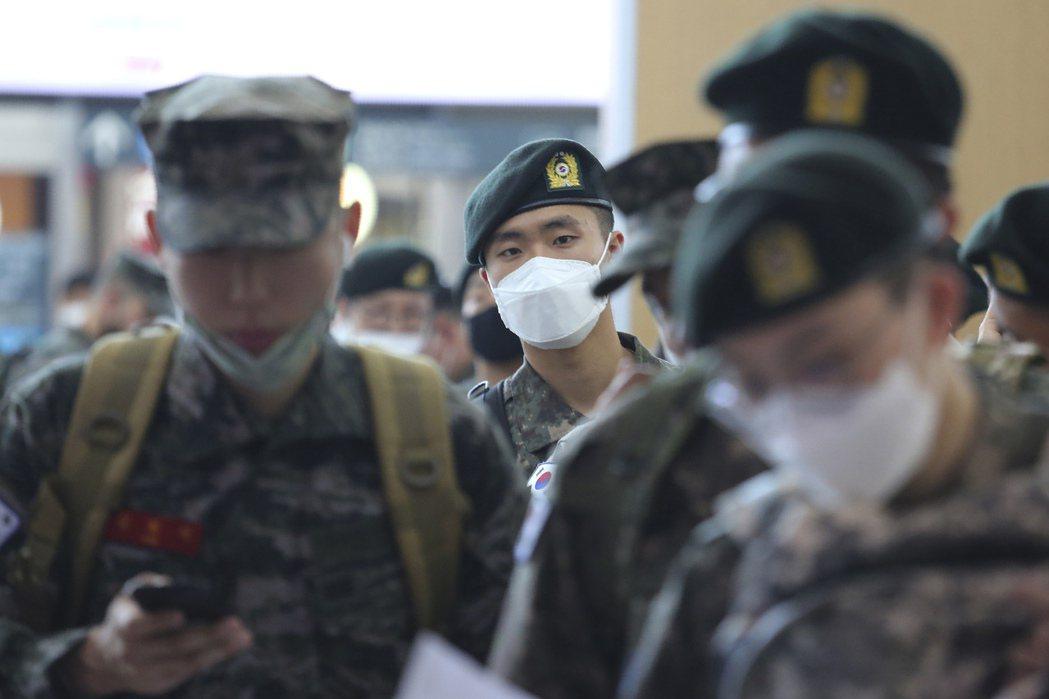 韓國軍隊面臨全體管制休假,圖為今年五月開放休假排隊買車票的場景。美聯社