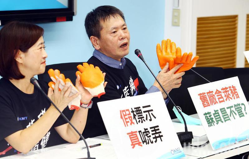 國民黨立院黨團下午召開記者會,總召林為洲(右)特別秀出工作手套表示,為了阻擋萊豬進口的合法性,國民黨不惜一戰。記者杜建重/攝影