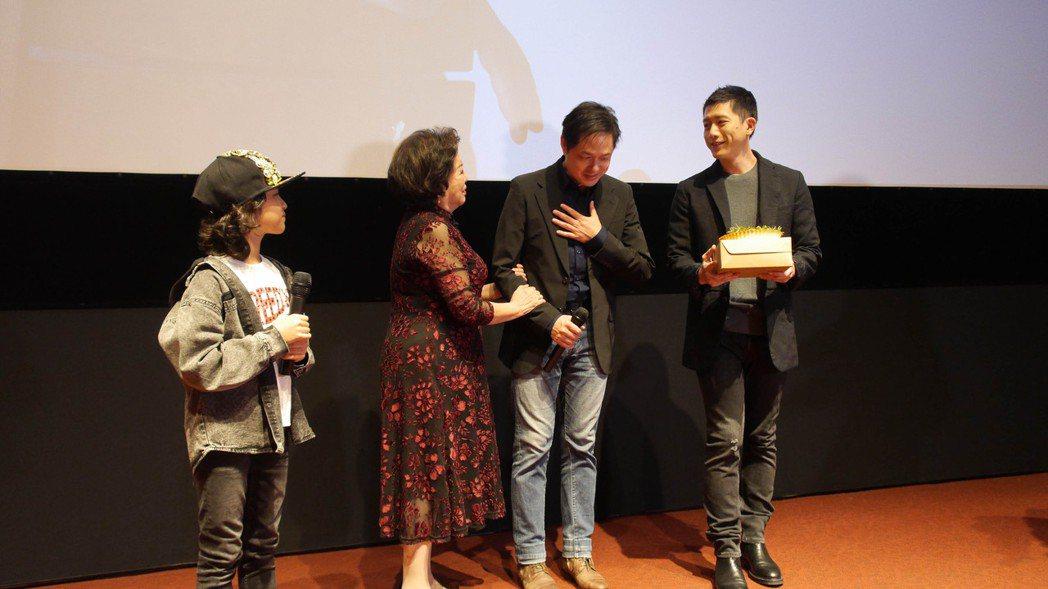 「親愛的房客」演員突擊慶生,導演鄭有傑感動落淚。圖/牽猴子提供