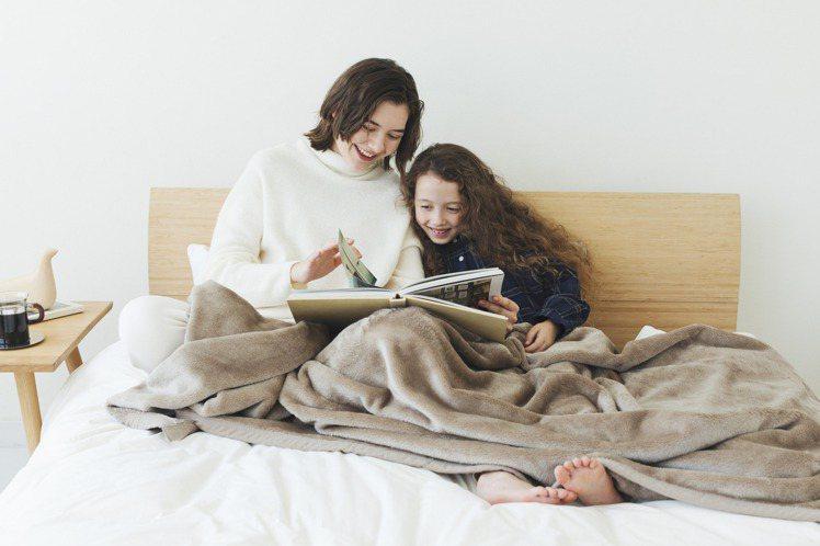 在日本熱銷的HEATTECH刷毛毯,也首度擴大到全店舖與網路商店販售。圖/UNI...