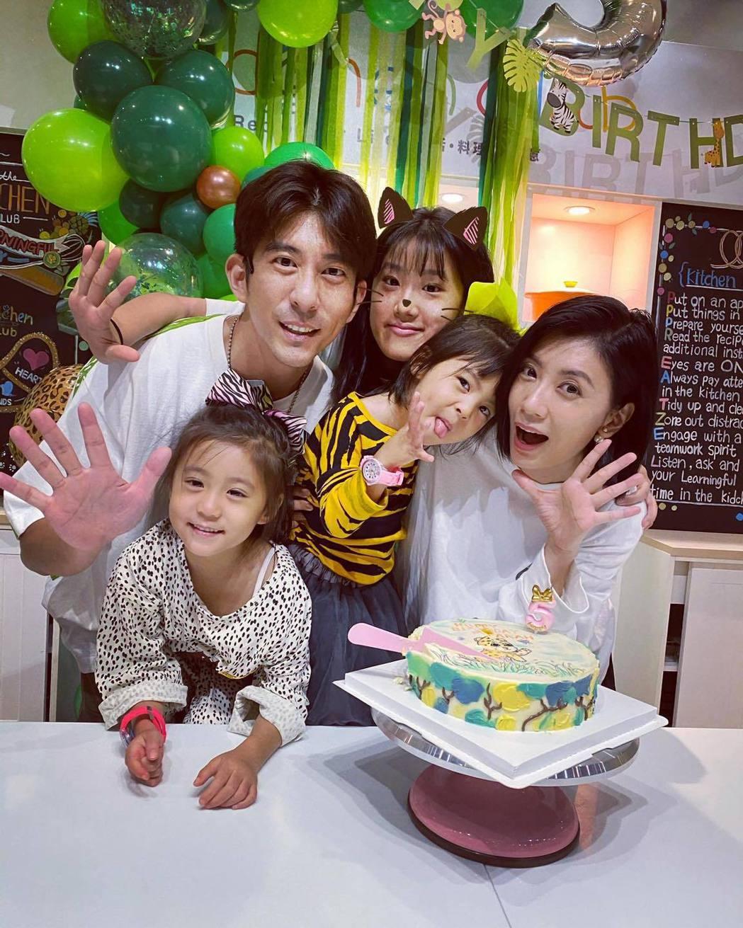 賈靜雯(右)與修杰楷(左)及三個女兒。圖/摘自臉書