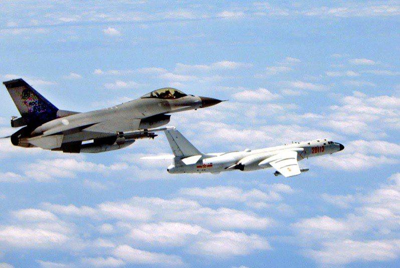 當前美國正逢政權交接的空窗期,讓台海緊張關係一觸即發。圖為今年一月我空軍F16戰機(左)攔截共軍轟6K照。圖/國防部提供