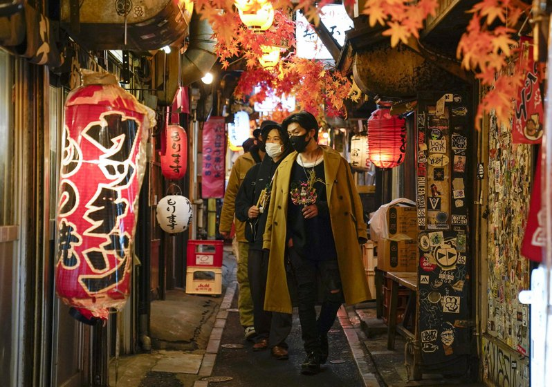 日本由於疫情升溫,政府發布「緊急事態宣言」,要求店家只能營業至晚間8點,但仍有許多餐飲業者不願遵守。示意圖(歐新社)