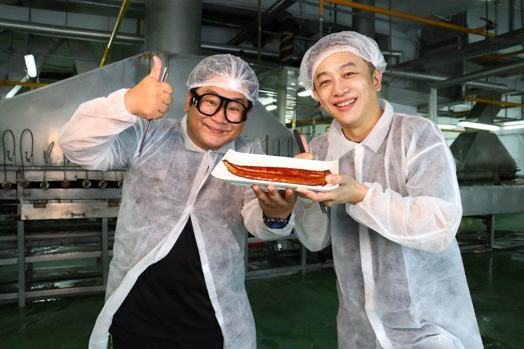 陳昭榮(右右) 和爆爆參觀鰻魚工廠。圖/翰成數位提供