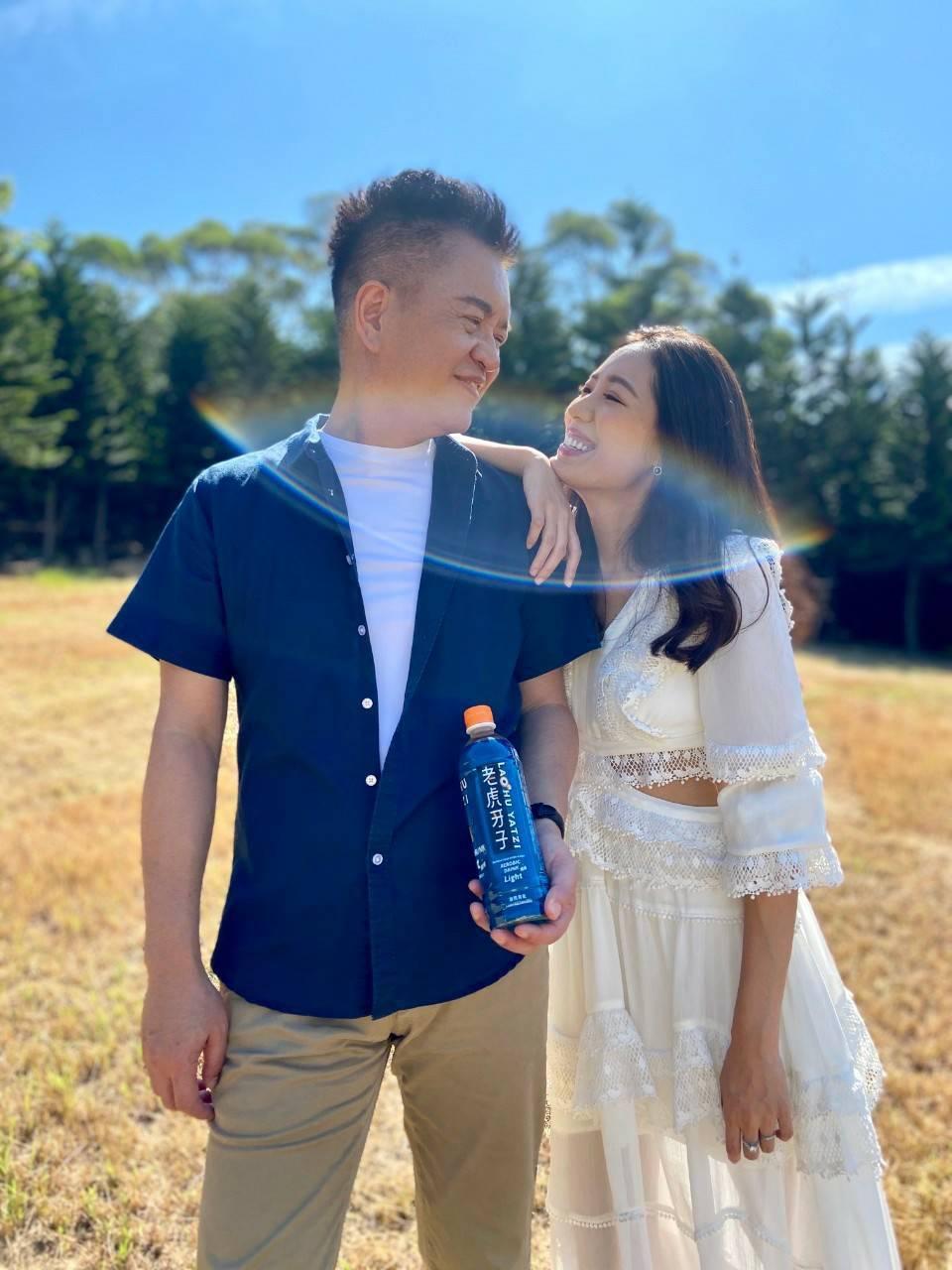 劉伊心(右)和老公林志隆錄製品牌廣告歌曲「氧氣隆虎伊」。圖/劉伊心提供