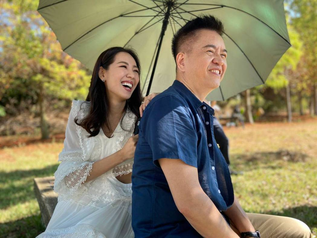 劉伊心(左)和老公林志隆錄製品牌廣告歌曲「氧氣隆虎伊」。圖/劉伊心提供
