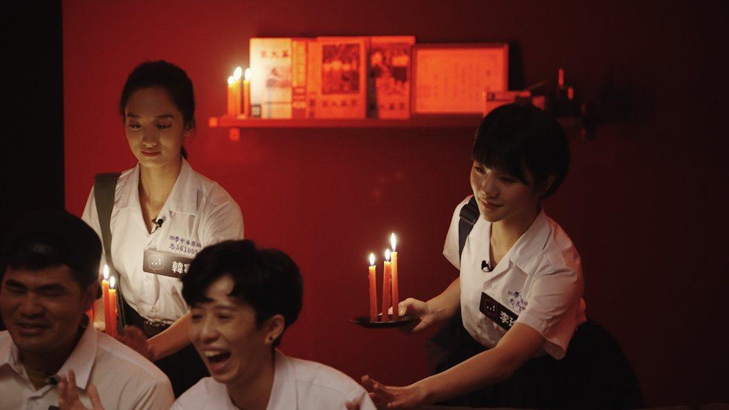 李玲葦、韓寧突然從黑暗中手持蠟燭驚悚突襲派對,嚇得蔡哥當場驚聲尖叫。圖/Netf...