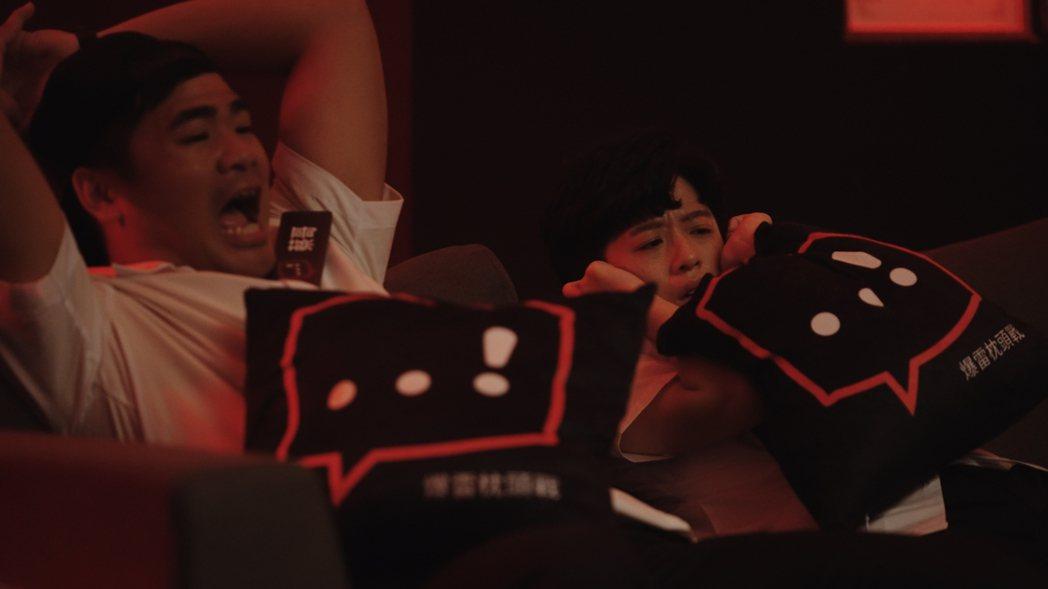 蔡哥(左)、HOOK嚇得抱頭尖叫。圖/Netflix提供